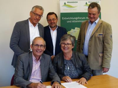 Unterzeichnung der Zweckvereinbarung für die Nachbarschaftshilfe im Holwzinkel.